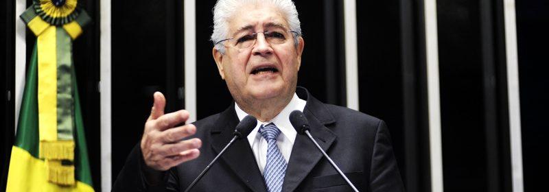"""Senador Roberto Requião (PMDB-PR) critica o avanço da tramitação, na Câmara dos Deputados, de projeto de lei que, conforme assinalou, """"radicaliza"""" a terceirização do trabalho no país (PL 4330/2004)"""